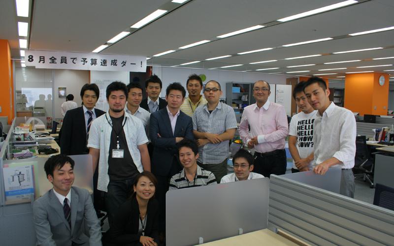 創業期の2011年のRSS広告社のメンバーの写真 「8月全員で予算達成ダー!」 (写真提供: 田中 弦)