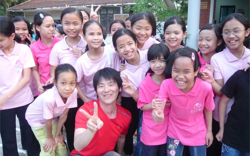 ベトナム孤児院の子どもたちと (写真提供:吉田 浩一郎)